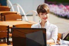 Женщина дела используя компьтер-книжку стоковое изображение rf