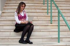 Женщина дела на таблетке Стоковое Фото