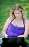 Женщина дела работая на компьтер-книжке - инвалидности Стоковое Изображение