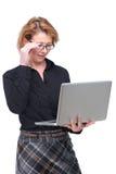 Женщина дела смотря компьтер-книжку Стоковые Изображения RF