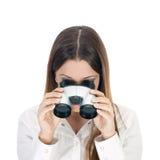Женщина дела смотря через бинокли. стоковое изображение