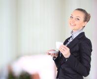 Женщина дела с чашкой кофе, белой предпосылкой Стоковое фото RF