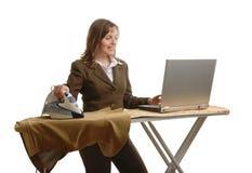 женщина дела bussy утюживя стоковое изображение rf