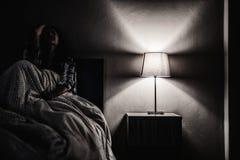 Женщина депрессии самостоятельно в темной комнате Проблема психических здоровий, PTSD стоковое изображение