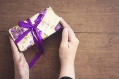 Женщина держащ подарок с карточкой счастливого дня ` s валентинки малой Стоковые Фото