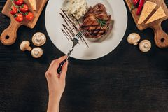 женщина держа вилку и идя съесть стейк говядины Стоковые Изображения