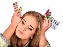 Женщина держа выход, упаковывая пилюльку и таблетку Стоковое Фото
