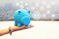 Женщина держа голубую копилку на белой предпосылке, сохраняя деньгах стоковые изображения rf
