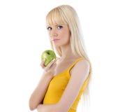 Женщина держа зеленое яблоко Стоковое Фото