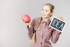 Женщина держа знак и мозг идеи Стоковые Изображения RF