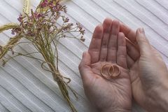 Женщина держа 2 золотых кольца в ладонях Стоковое Изображение RF