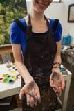 Женщина держа карандаш угля Стоковое Изображение RF