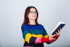 Женщина держа книгу стоковое изображение