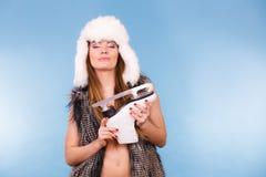 Женщина держа коньки льда, спорт зимы стоковая фотография rf