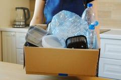 Женщина держа коробку при пластичные бутылки, prepairing для рециркулировать Стоковые Изображения RF
