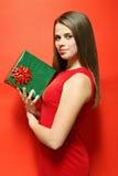 Женщина держа коробку стоковые изображения rf