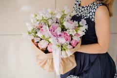 Женщина держа красивый букет цветков отсутствие стороны Стоковые Изображения RF
