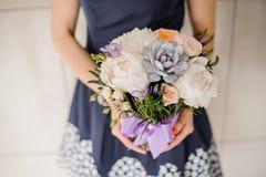 Женщина держа красивый флористический букет отсутствие стороны Стоковое Фото