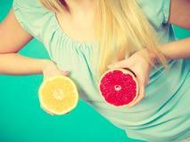 Женщина держа красный и зеленый грейпфрут Стоковые Фото
