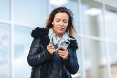 Женщина держа кредитную карточку и используя сотовый телефон для онлайн покупок стоковое изображение