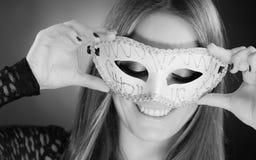 Женщина держа крупный план маски масленицы Стоковое фото RF