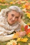 Женщина держа лист осени Стоковые Фото