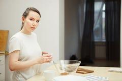 Женщина держа ложку над стеклянным шаром, подготовкой сладостного десерта Стоковое Фото