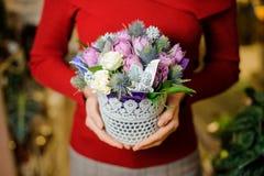 Женщина держа милый маленький бак с составом цветка на день валентинок стоковые изображения