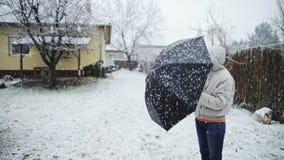 Женщина держа отснятый видеоматериал замедленного движения зонтика outdoors акции видеоматериалы