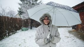 Женщина держа отснятый видеоматериал замедленного движения зонтика outdoors сток-видео