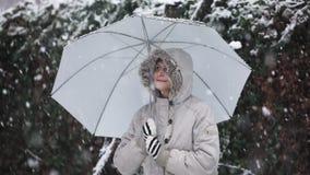 Женщина держа отснятый видеоматериал замедленного движения зонтика outdoors видеоматериал