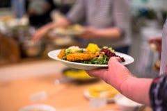 Женщина держа плиту еды vegan стоковое изображение