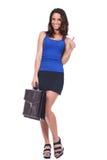 Женщина держа портфель и делая одобренный знак стоковое изображение rf