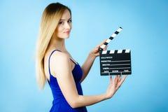 Женщина держа профессиональный шифер фильма стоковые фото