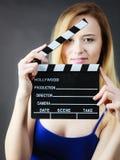 Женщина держа профессиональный шифер фильма стоковое фото rf