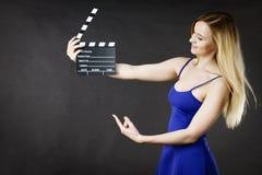 Женщина держа профессиональный шифер фильма стоковые фотографии rf