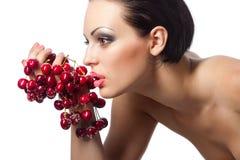 Женщина держа пук красных вишен Стоковые Фото