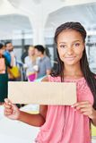 Женщина держа пустой знак для маркетинга Стоковая Фотография