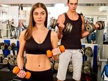 Женщина держа разминку гантели на спортзале Стоковые Фотографии RF