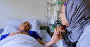 Женщина держа руки мужского пациента 4k видеоматериал