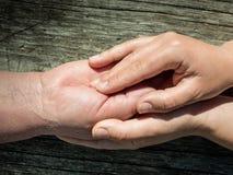 Женщина держа руку старшей дамы Стоковое Фото