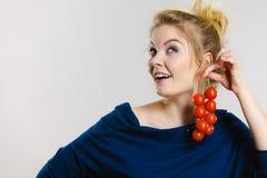 Женщина держа свежие томаты вишни Стоковое Изображение