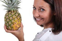 Женщина держа свежий ананас Стоковое Изображение RF