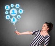 Женщина держа социальный воздушный шар сети Стоковое Изображение