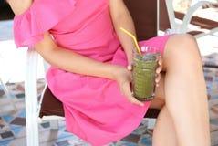 Женщина держа стеклянной с вкусным свежим smoothie Стоковое Изображение
