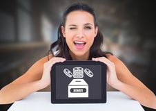 Женщина держа таблетку с дарит для значка коробки и денег призрения Стоковые Изображения RF