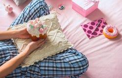 Женщина держа торт на валике Стоковая Фотография RF
