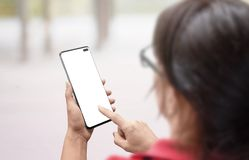 Женщина держа умный телефон с изолированным, пустым экраном для модель-макета и экраном касания стоковые изображения rf