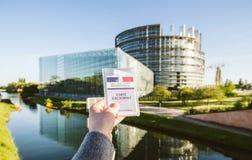 Женщина держа французские wi Electorale меню карточки регистрации избирателя Стоковые Изображения RF