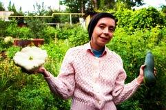 Женщина держа цукини стоковые фотографии rf